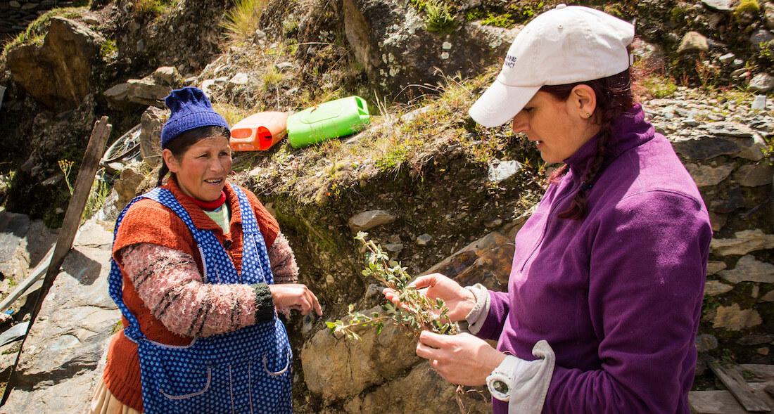 Quechua woman and San Cristóbal talk.